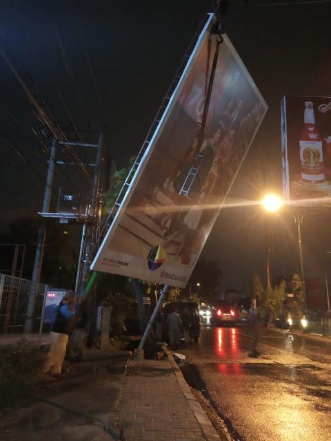 Papan Reklame Tanpa Izin Ditumbangkan Pemko Medan