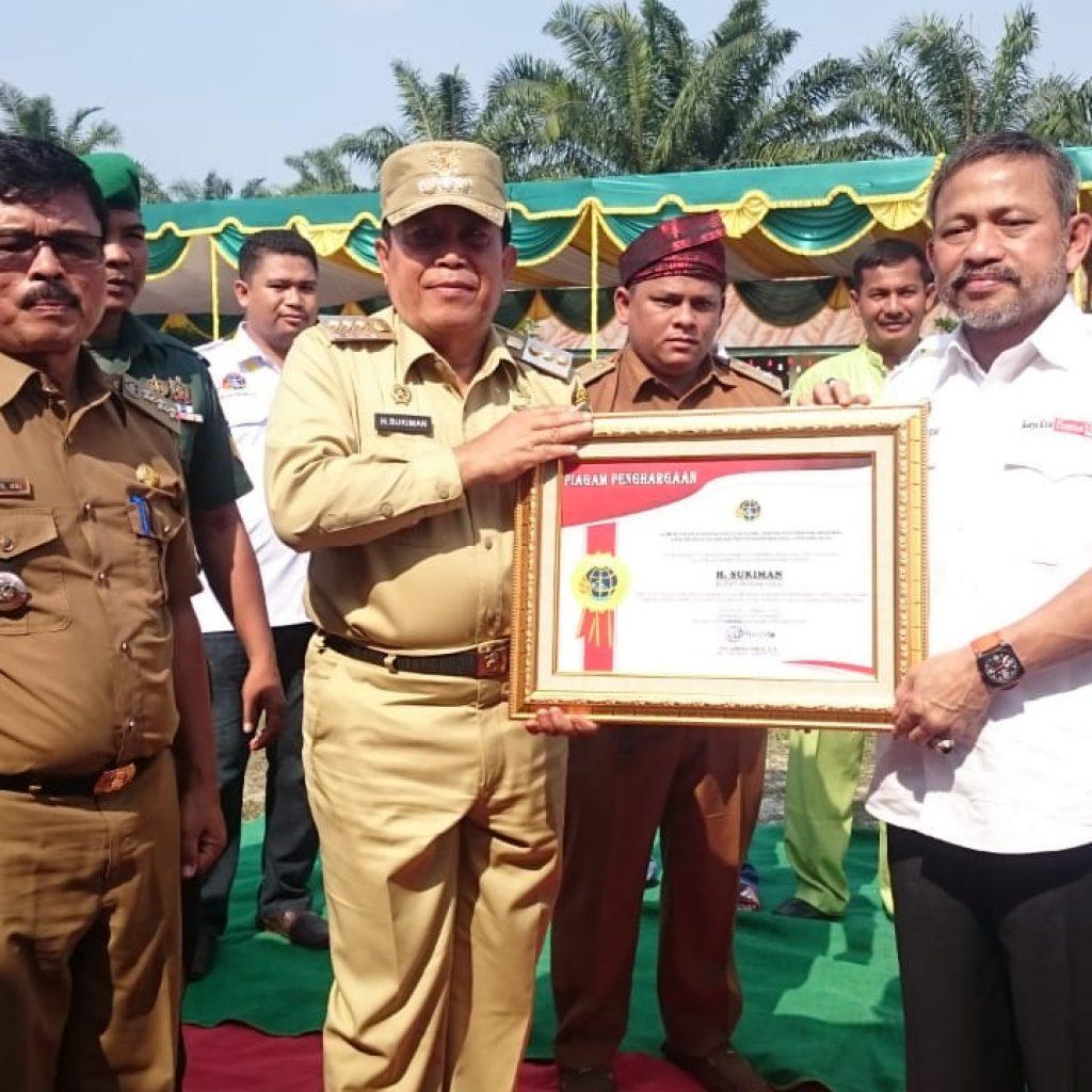 Bupati dan Menteri Serahkan Sertifikat tanah di Desa Mahato