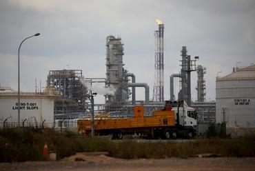 Kembar Yang Tidak Mungkin dan Kekayaan Yang Berbeda : Petronas & Pertamina Indonesia