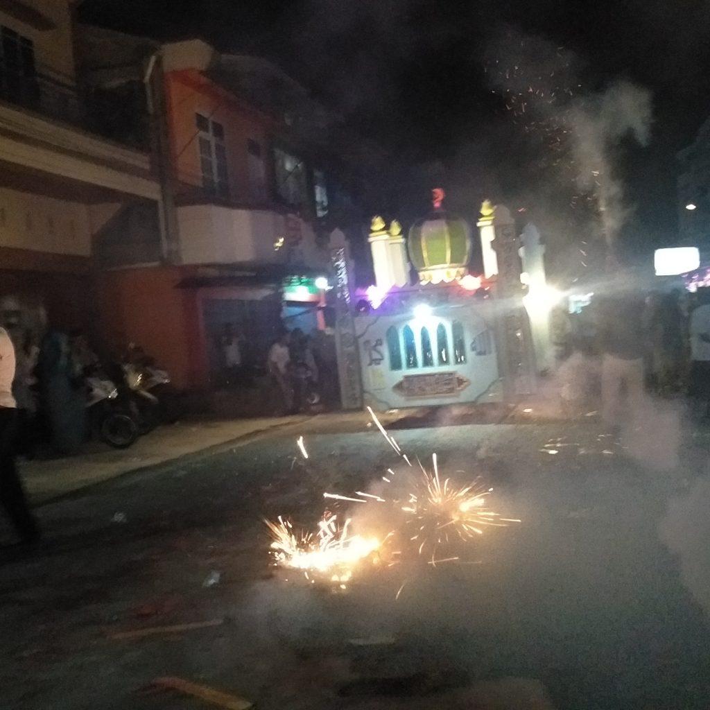 Di Jalan Kartini Selatpanjang, Peserta Pawai dihadang dengan Kembang Api