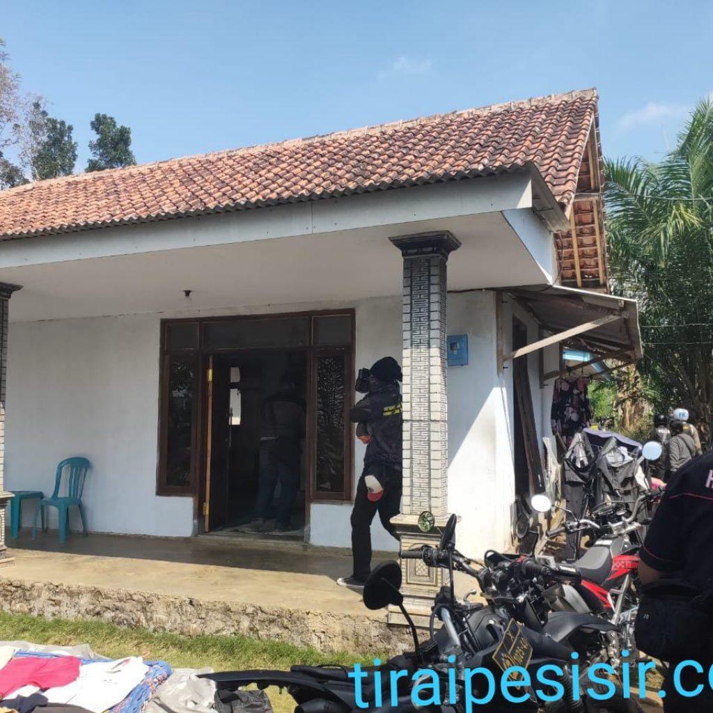 Polres Lumajang Bersama Resmob Polres Jember Berebek Rumah Sugeng (DPO) Penadah Perampokan di Desa Kali Glagah