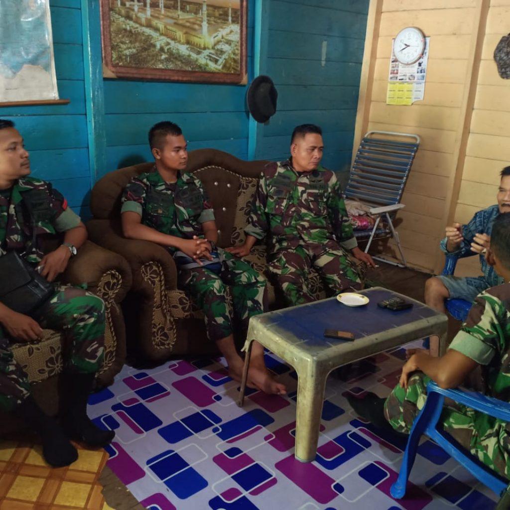 Anggota Satgas TMMD Kodim 0321/Rohil Ajangsana Kerumah Warga