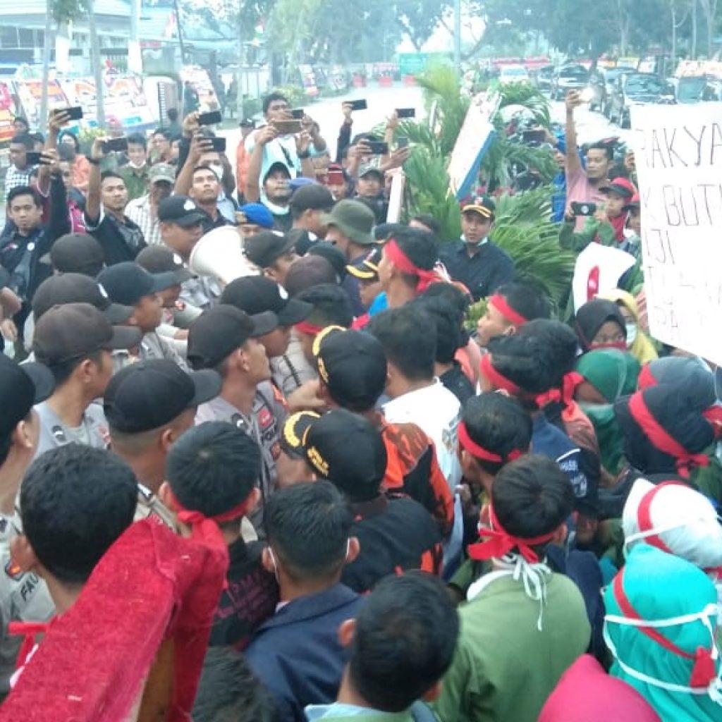 Pelantikan DPRD Meranti Di Warnai Aksi Unjuk Rasa Mahasiswa