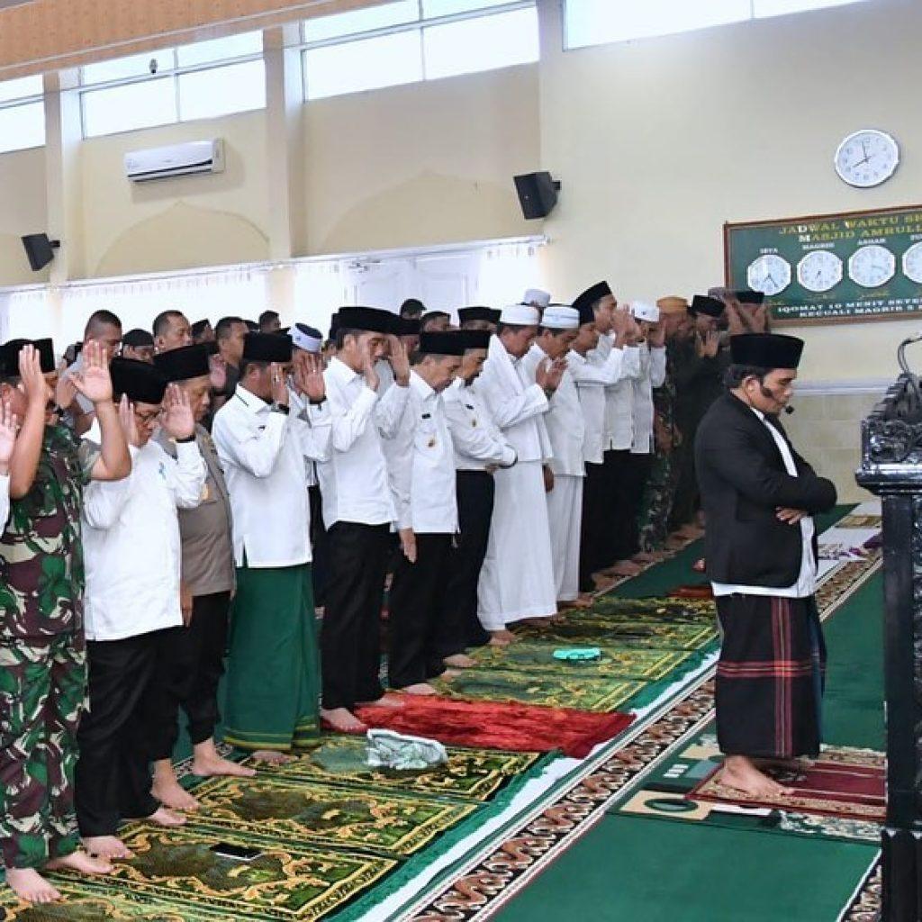 Sebelum Tinjau Kebakaran Hutan di Riau,Presiden Jokowi Laksanakan Salat Istiska