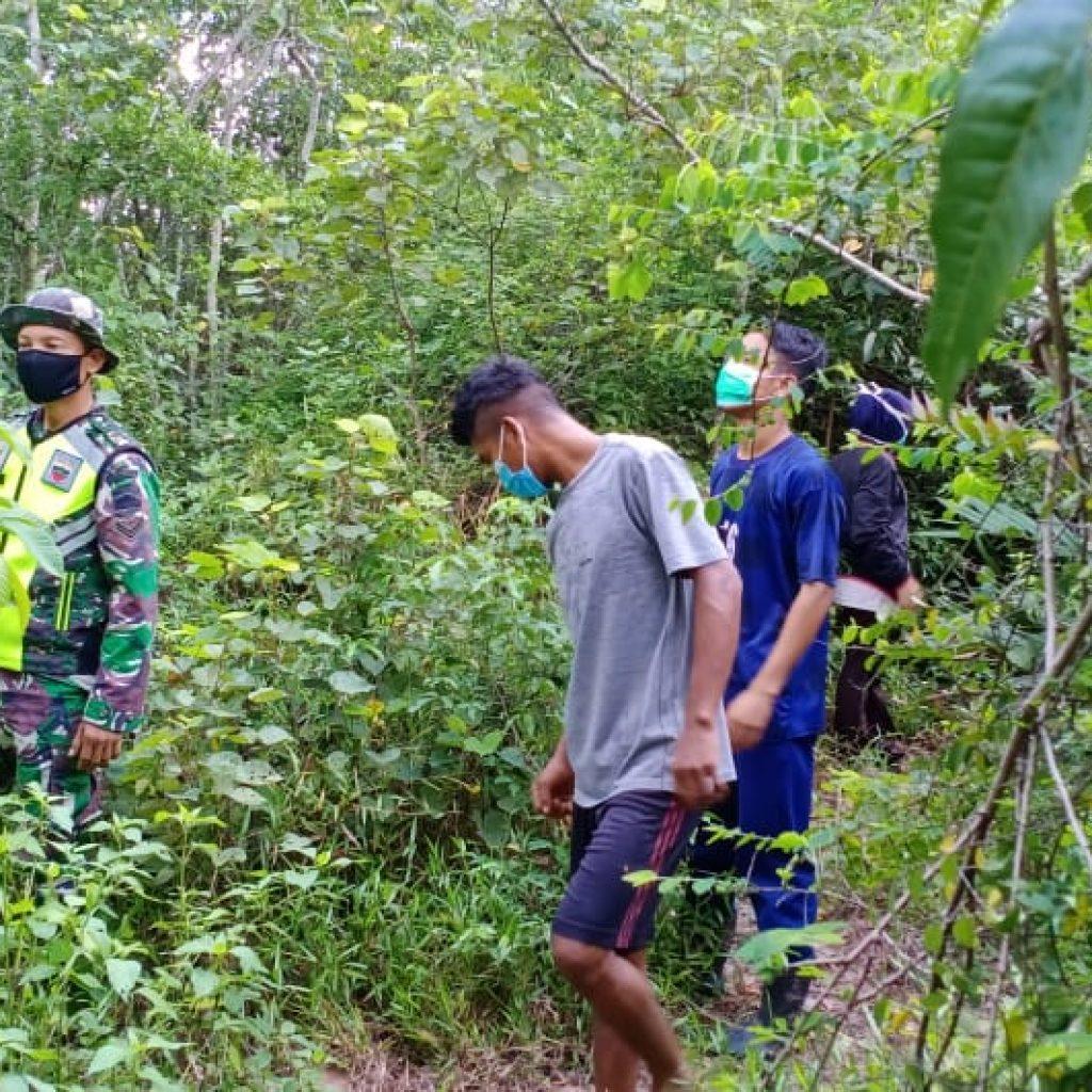 Babinsa Tetap Lakukan Patroli Karlahut Bersama Warga di Desa Binaannya