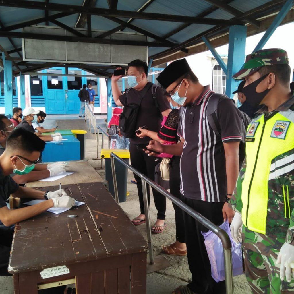 Antisipasi Covid-19, Babinsa Bersama Tim Laksanakan Pendisiplinan di Pelabuhan Tanjung Harapan