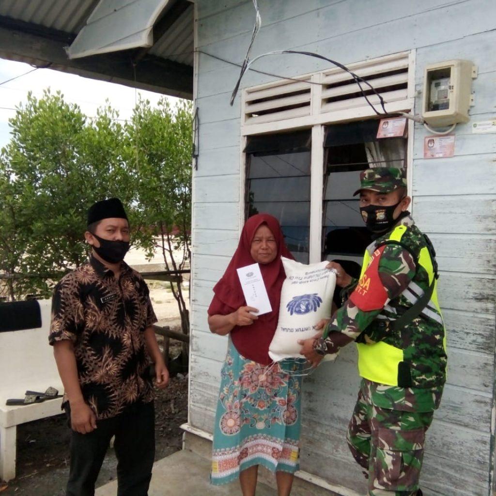 Babinsa Koramil 02/Tebing Tinggi Bagikan 130 Paket Beras di Kelurahan Selatpanjang Kota