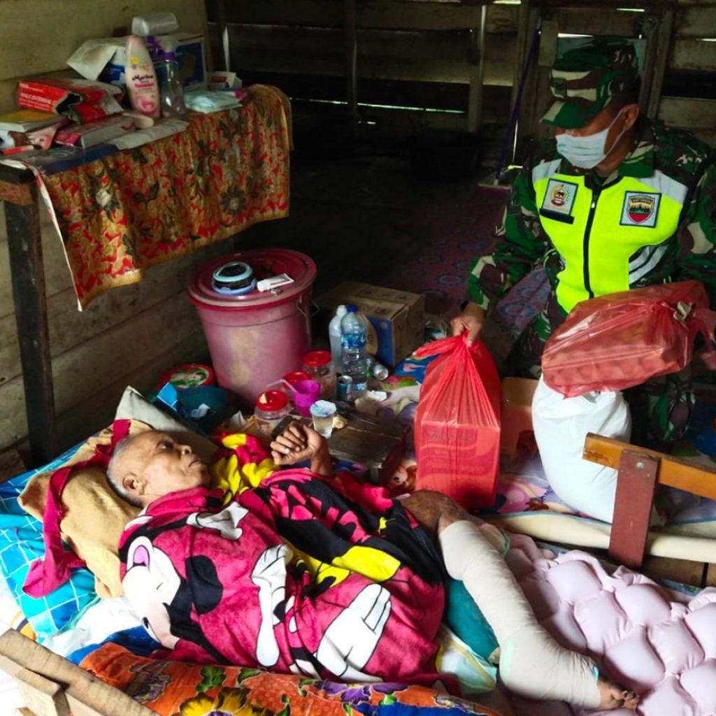 Koramil 02/Tebing Tinggi Berikan Bantuan Sembako Kepada Bapak Ahmad Penderita Kaki Gajah