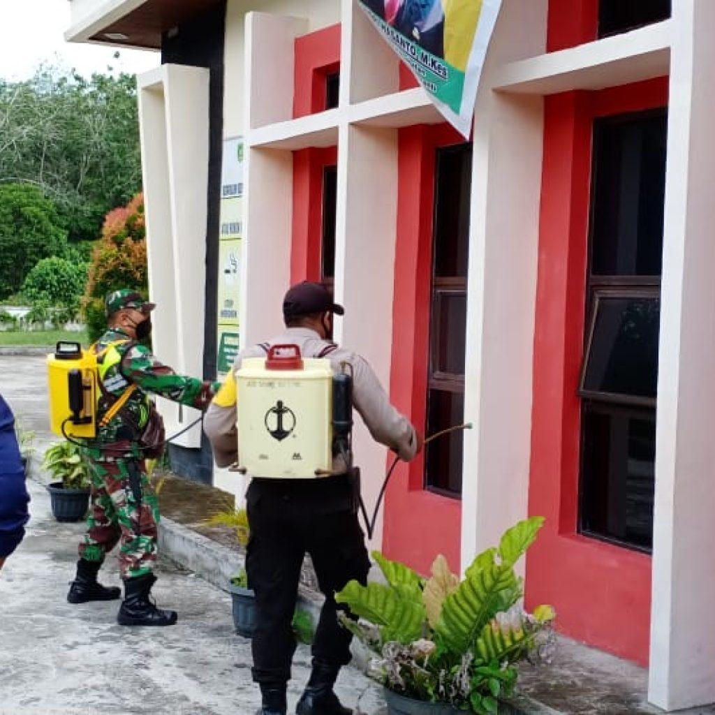 Cegah Covid-19, Babinsa Laksanakan Penyemprotan Disinfektan di Puskesmas Desa Anak Setatah