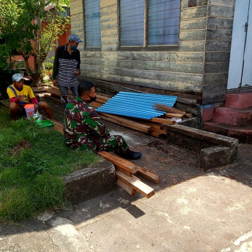 Wujudkan Kemanunggalan, Babinsa Laksanakan Goro Bedah Rumah di Kelurahan Selatpanjang Kota