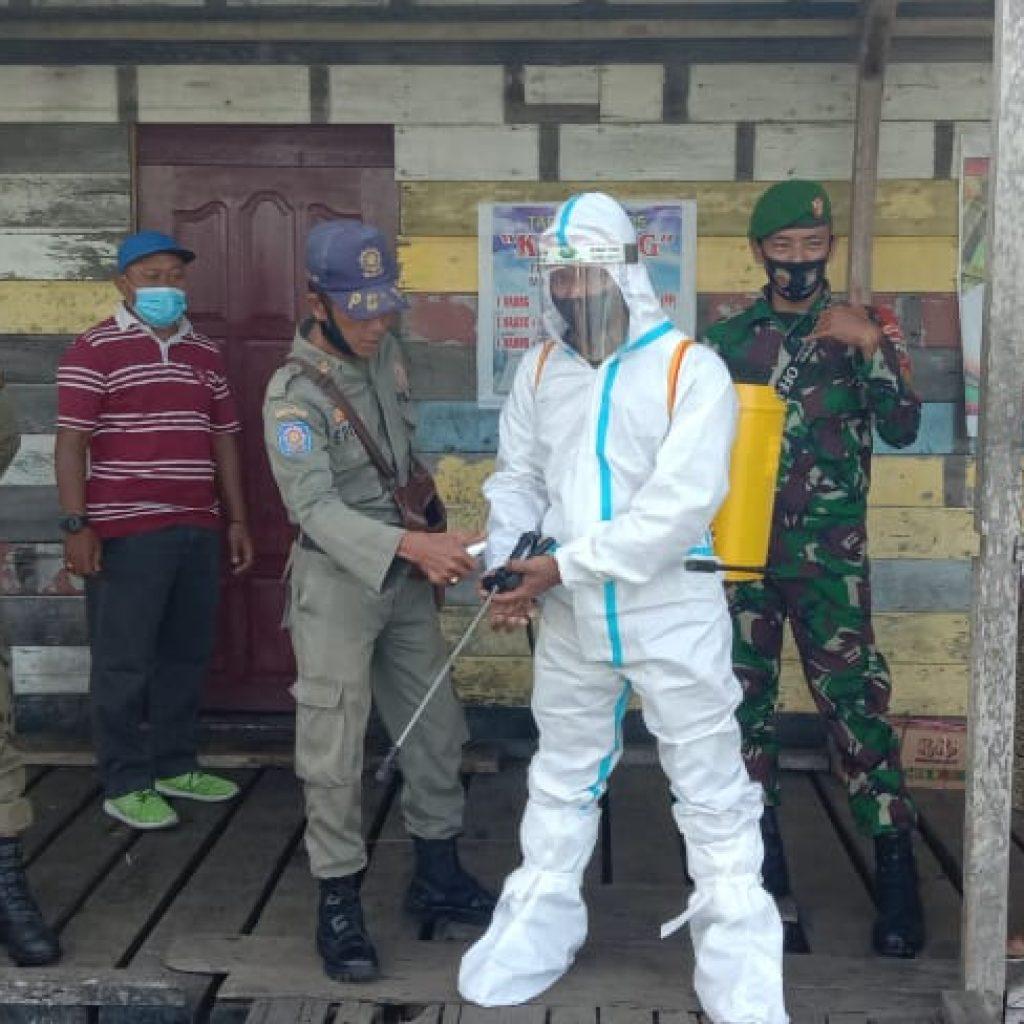 Cegah Covid-19, Babinsa Laksanakan Sosialisasi dan Penyemprotan Disinfektan di Pelabuhan Tanjung Samak