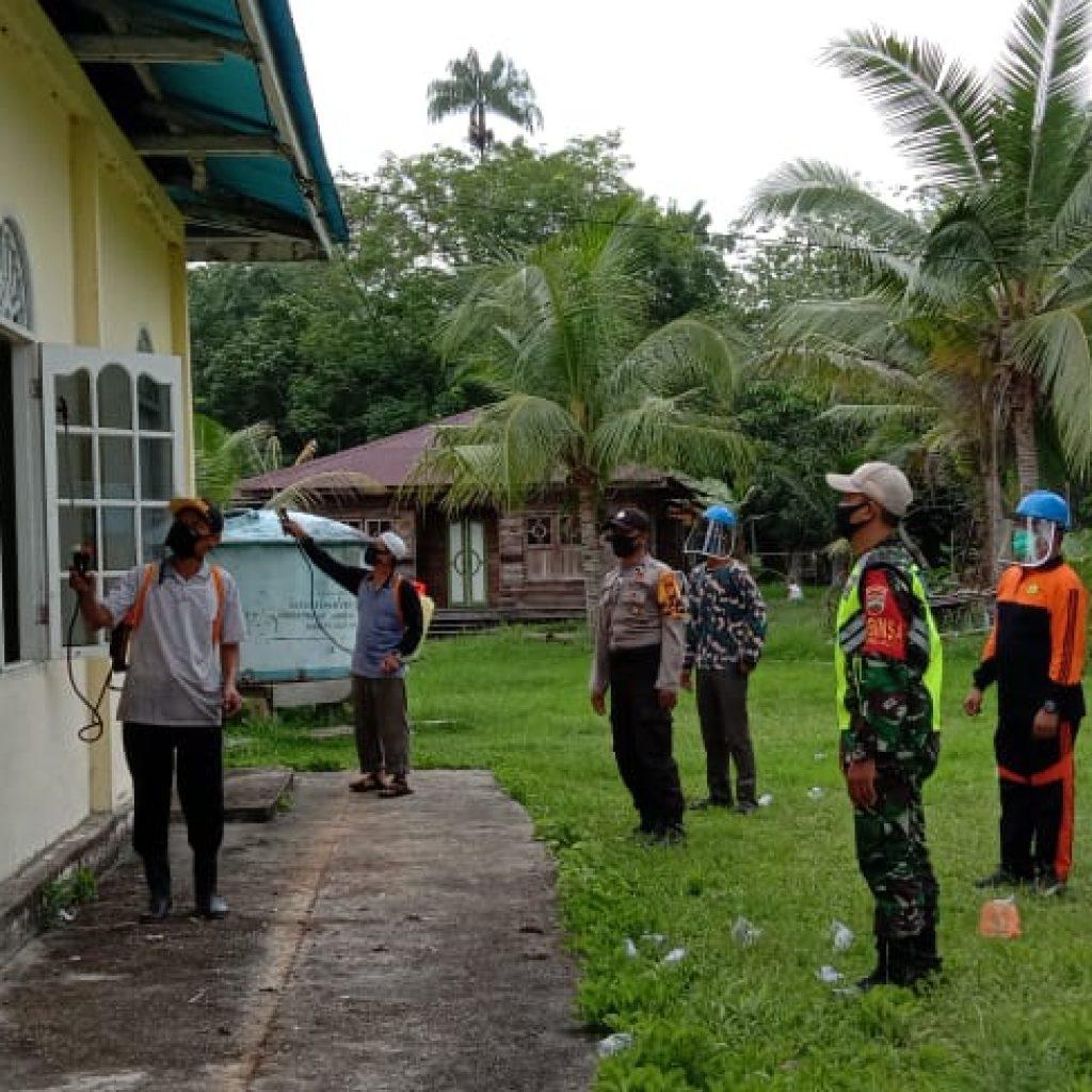 Dampingi Kades Tanjung, Babinsa Koramil 02 Tebing Tinggi Laksanakan Penyemprotan Disinfektan Dirumah Ibadah