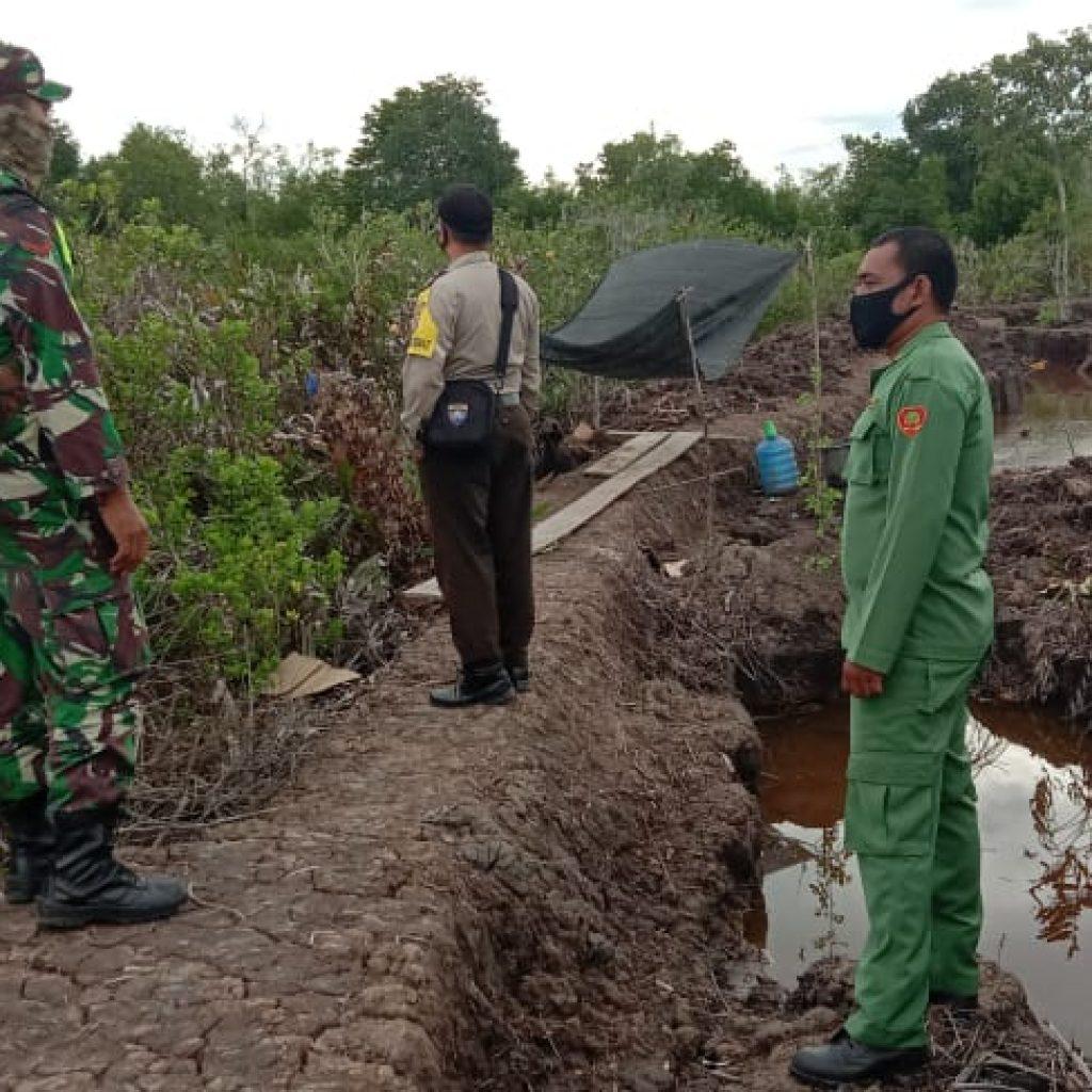 Cegah Kebakaran Hutan dan Lahan, Babinsa Koramil 02/Tebing Tinggi Laksanakan Patroli di Desa Tanjung Gadai
