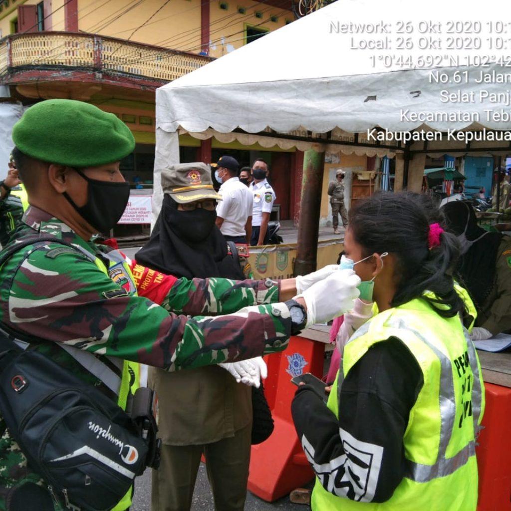 Cegah Covid-19, Babinsa Koramil 02 Tebing Tinggi Laksanakan Operasi Yustisi di Selatpanjang Kota