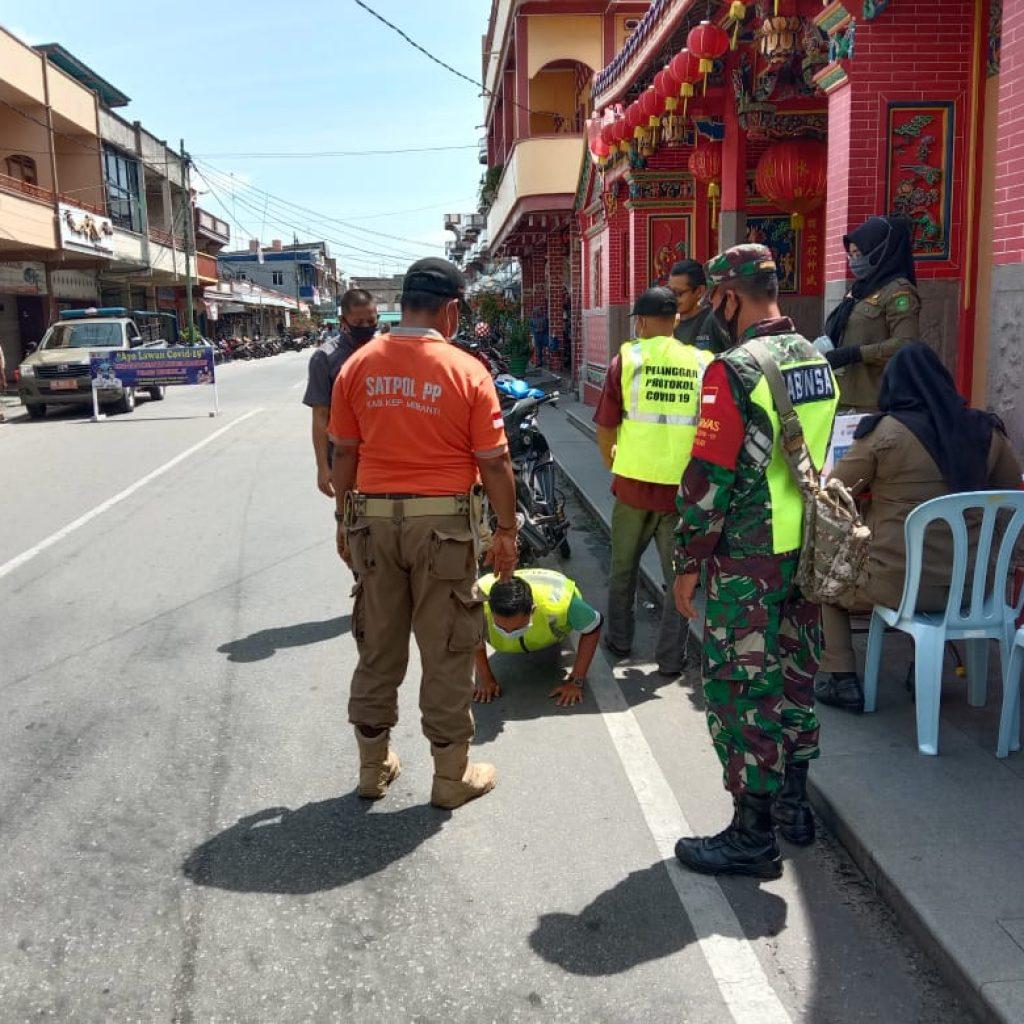 Babinsa Koramil 02/Tebing Tinggi Laksanakan Operasi Yustisi dan Himbauan Penggunaan Masker