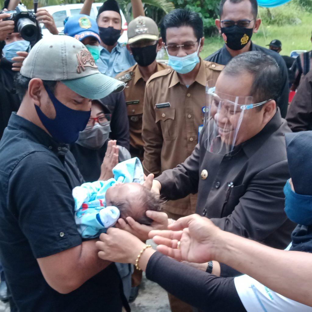 Bupati Irwan Serahkan Bayi Yang Dulunya Terbungkus Kantong Plastik ke Orang Tua Asuhnya
