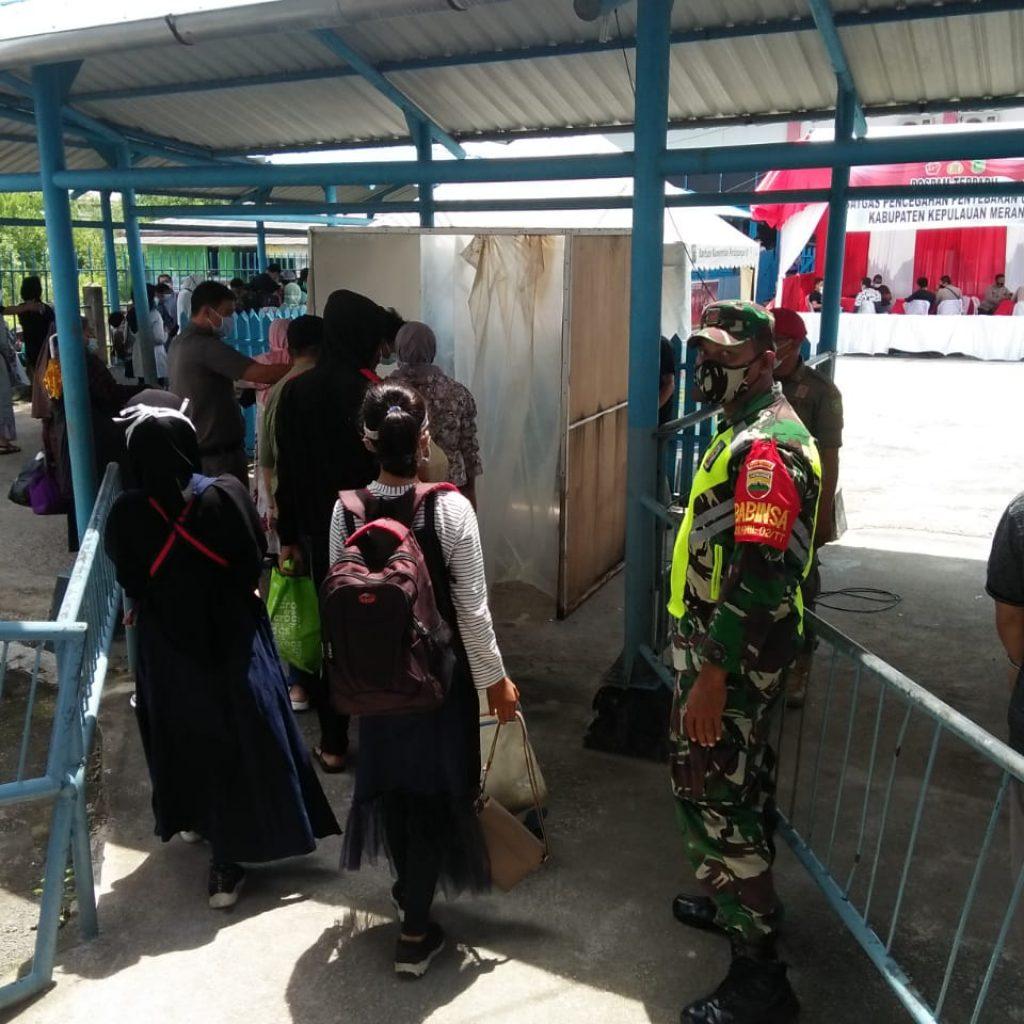 Cegah Covid-19, Babinsa Koramil 02 Tebing Tinggi Laksanakan Pendisiplinan di Pelabuhan Tanjung Harapan