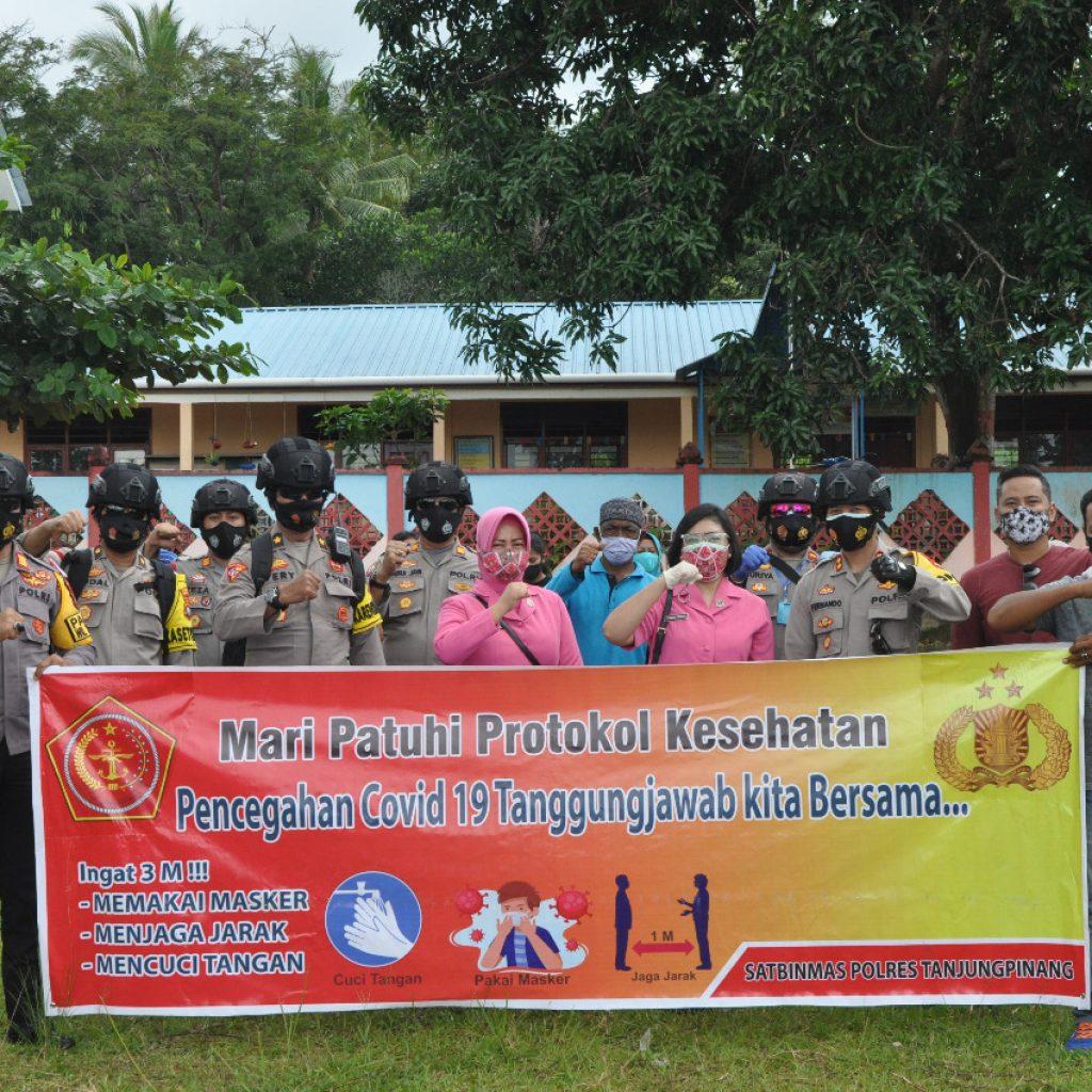 Kapolres Tanjungpinang Bersama Bhayangkari Blusukan ke Pelosok, Bagikan Sembako dan Masker untuk Warga