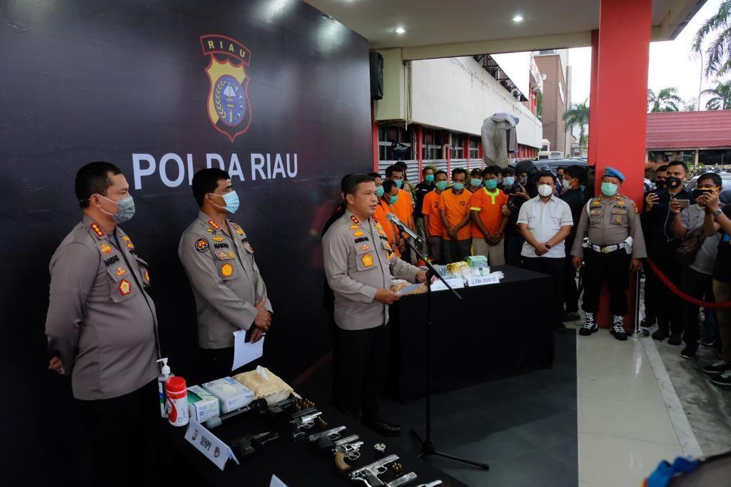 Polda Riau Gulung Sindikat Narkoba Bersenjata, Amankan 7 Pucuk Senpi dan 3 Kg Sabu