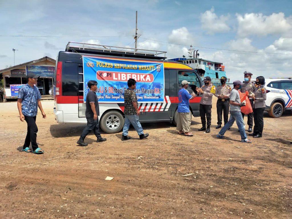 Personel Polres Meranti Bagi-bagi Nasi Bungkus di RSUD dan Pelabuhan Dorak