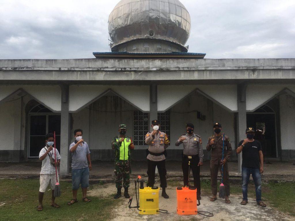 Tim Gabungan Semprot Disinfektan Ke Fasos dan Fasum di Tanjung Peranap