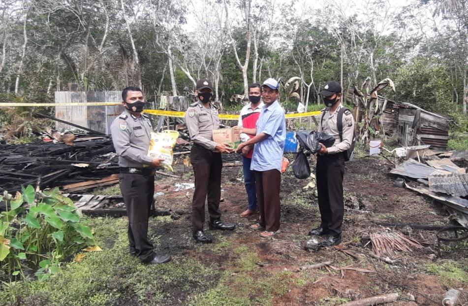 Rumah Ludes Terbakar, Anas Terima Bantuan Sembako dari Polisi