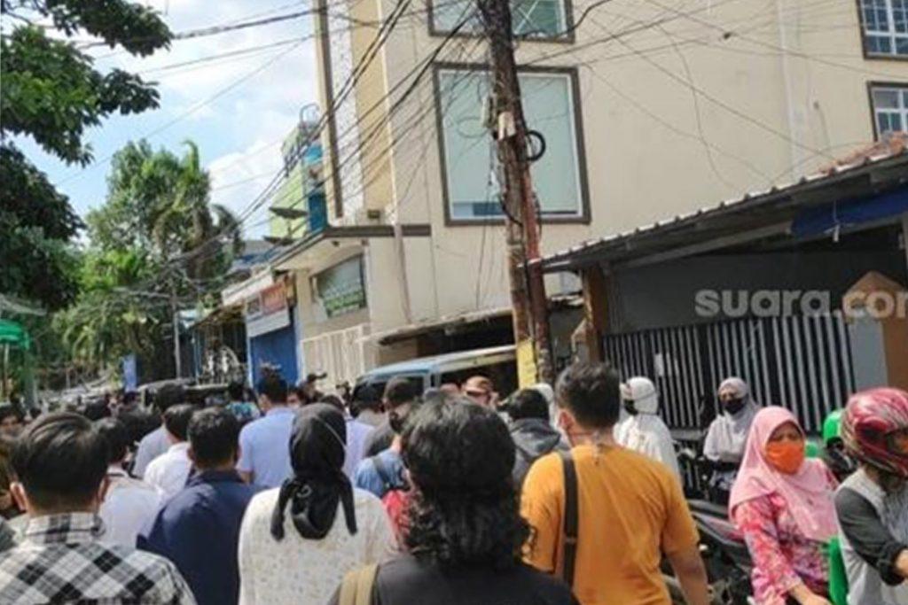Petamburan Ricuh! Polisi Bawa Surat Panggilan Habib Rizieq Dicaci Massa