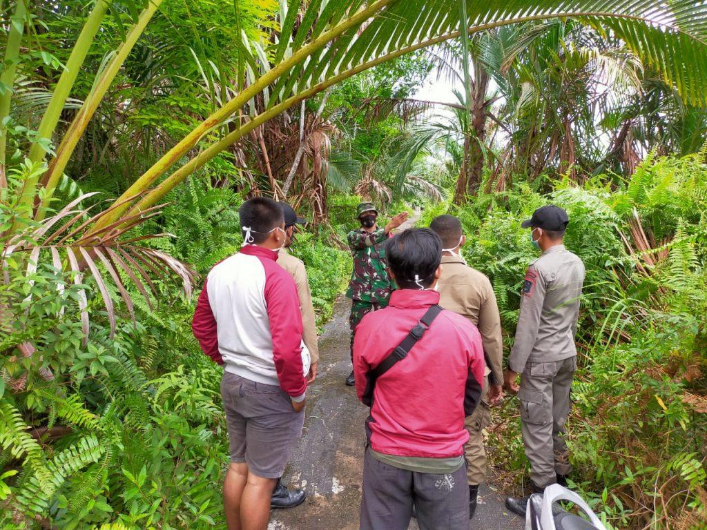 Walau Ditengah Pandemi Covid-19, Babinsa Tetap Laksanakan Patroli Karhutla di Desa Binaan