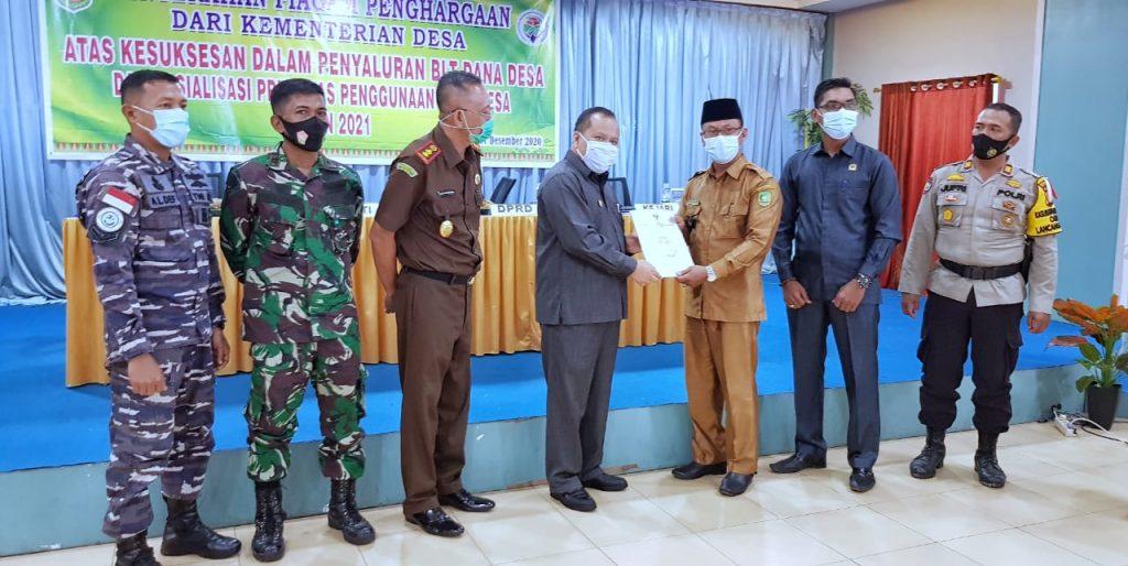 Bupati Irwan Serahkan Penghargaan Penyaluran BLT Kepada 31 Kades Se-Kabupaten Meranti