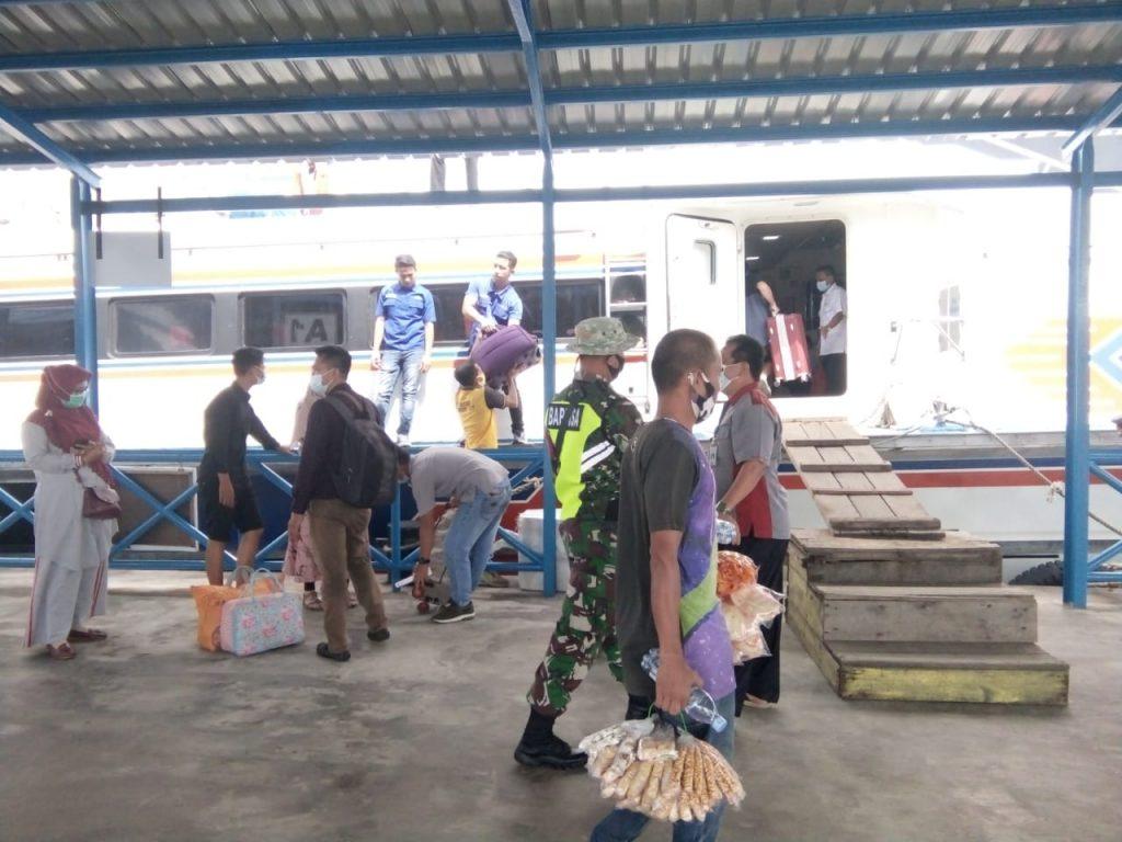 Pencegahan Penularan Covid-19, Babinsa Laksanakan Pendisiplinan di Pelabuhan Tanjung Harapan
