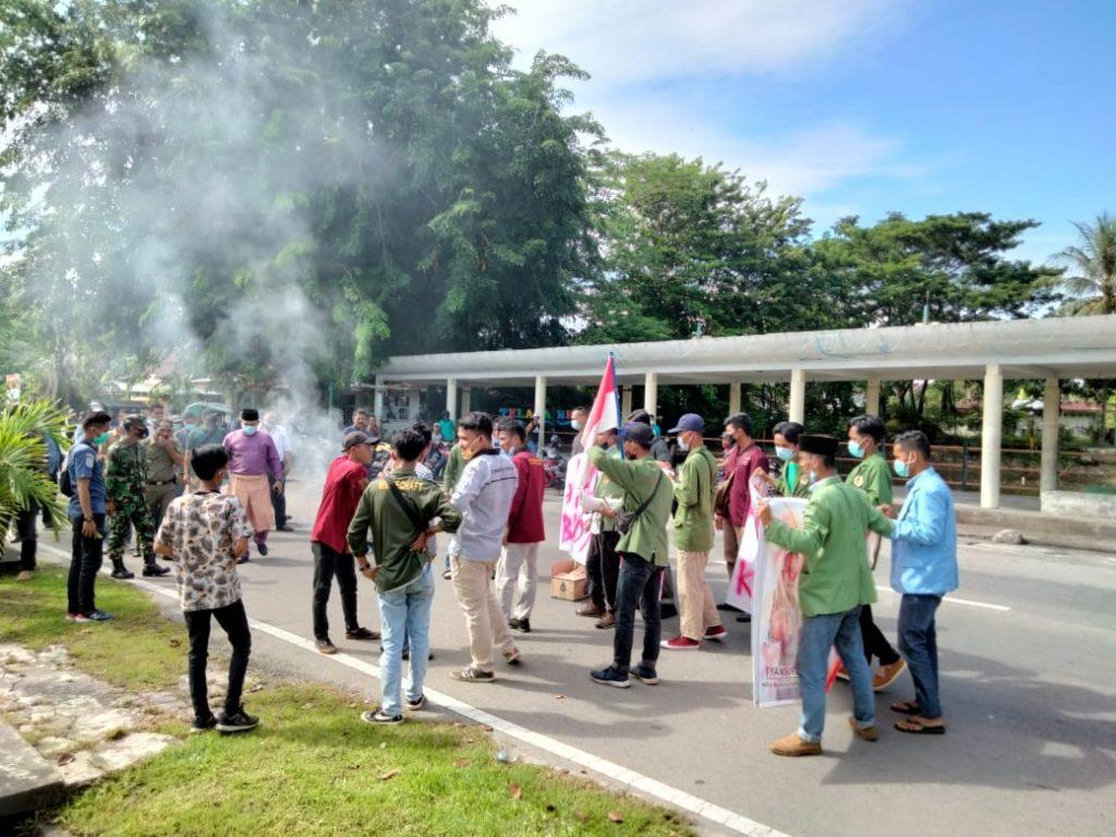 Mahasiswa Lakukan Aksi Bakar Ban di Depan Kantor BPKAD Meranti
