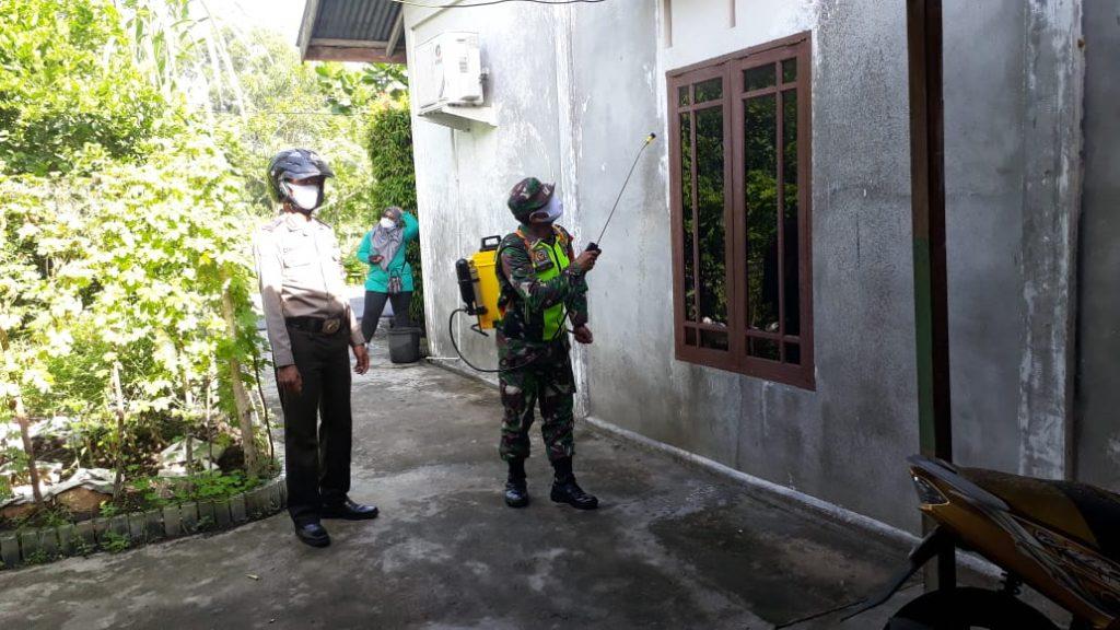 Babinsa Laksanakan Penyemprotan Disinfektan Bersama di Desa Tanjung Peranap