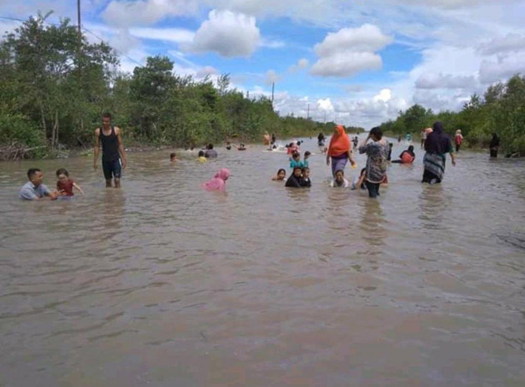 Banjir Rob di Jalan Dorak, Dijadikan Kolam Renang Bagi Anak-Anak
