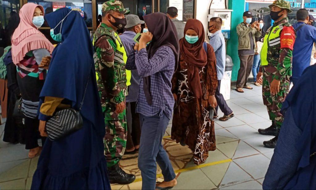 Upaya Pencegahan Covid-19, Babinsa Laksanakan Produktif di Pelabuhan Tanjung Harapan
