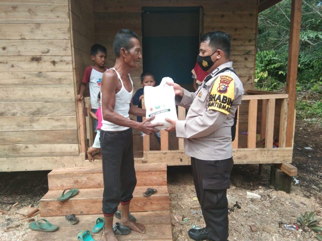 Polisi di Kepulauan Meranti Bagi Beras Sambil Edukasi Cegah Covid-19