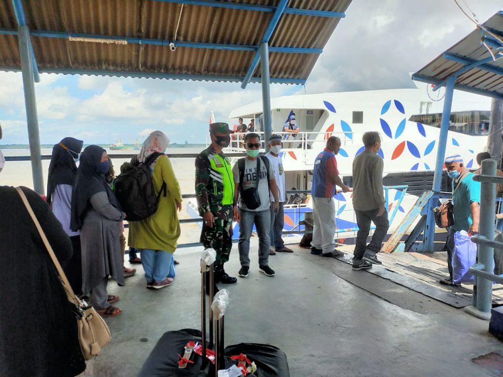 Cegah Covid-19, Babinsa Tingkatkan Pengawasan di Pelabuhan Tanjung Harapan