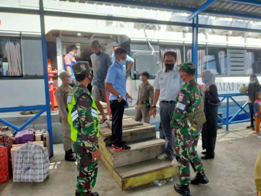 Aman Covid-19, Babinsa Laksanakan Pengecekan di Pelabuhan Tanjung Harapan