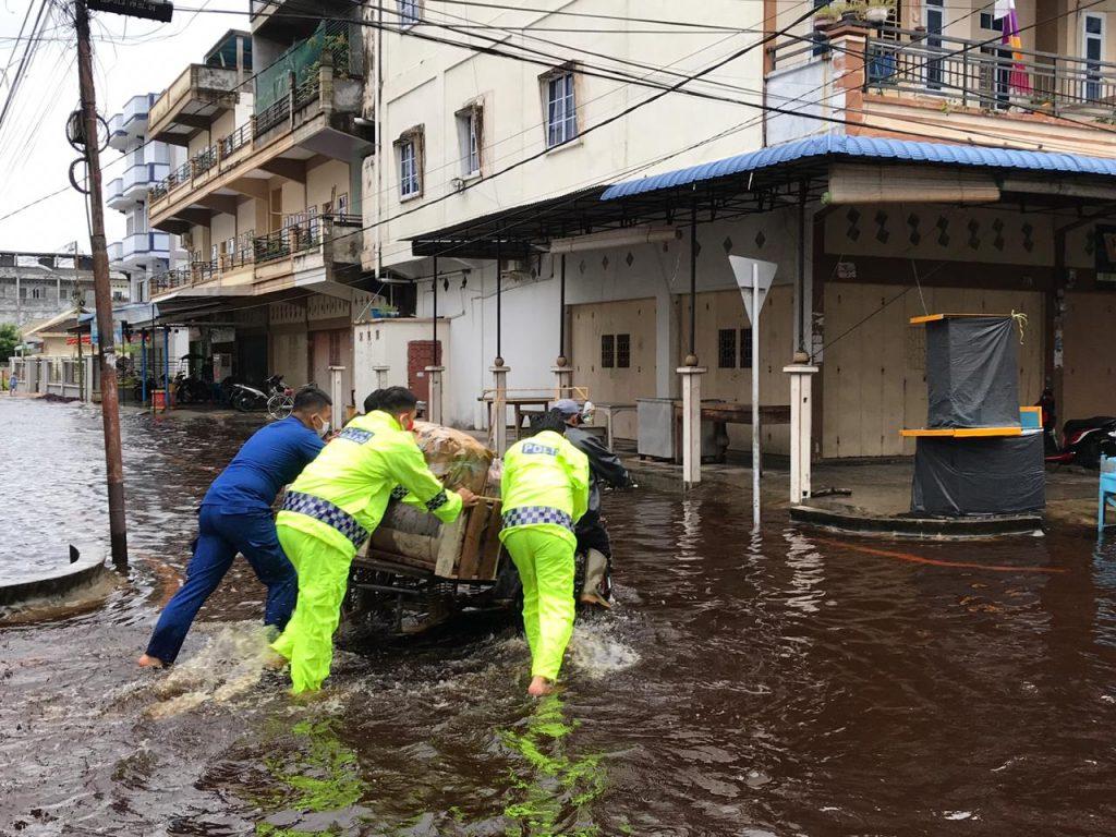 Bersama BPBD, Kapolres Meranti Turun Langsung dan Atasi Banjir di Selatpanjang