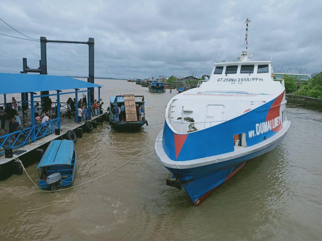 Kapal Ferry Dumai Line Kandas di Pelabuhan Tanjung Harapan,  Penumpang Dievakuasi Pakai Kempang