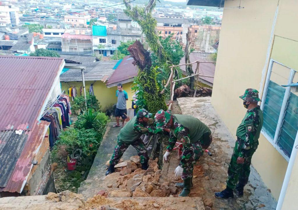 Danramil 01/0315 Bintan Goro Bersihkan Sisa Longsor di Kemboja