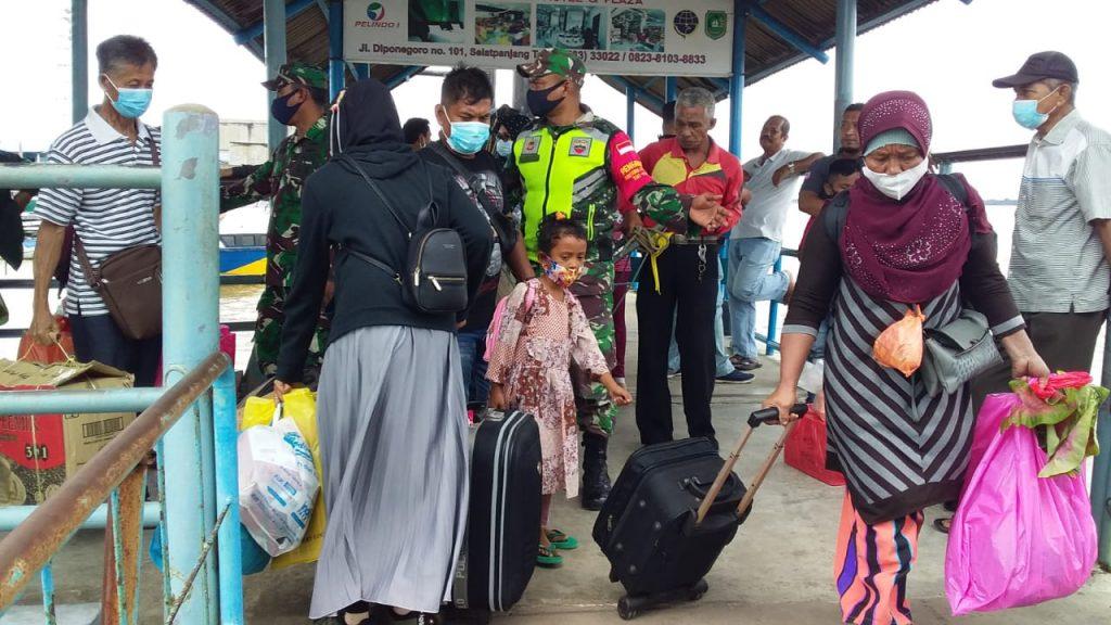 Babinsa Laksanakan Pendisiplinan dan Sosialisasi di Pelabuhan Tanjung Harapan