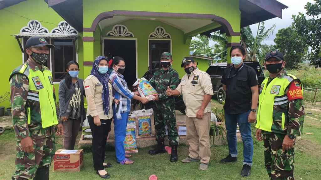 Danramil 02/0315 Bintan dan PT SGI Bagikan Paket Sembako Kepada Warga Terdampak Banjir