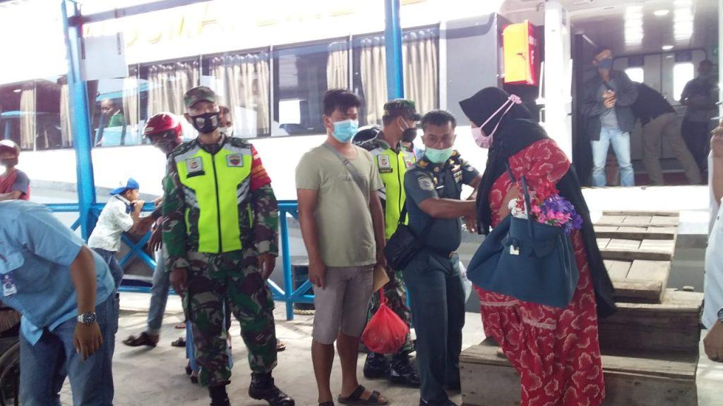 Babinsa Laksanakan Pengecekan di Pelabuhan Tanjung Harapan