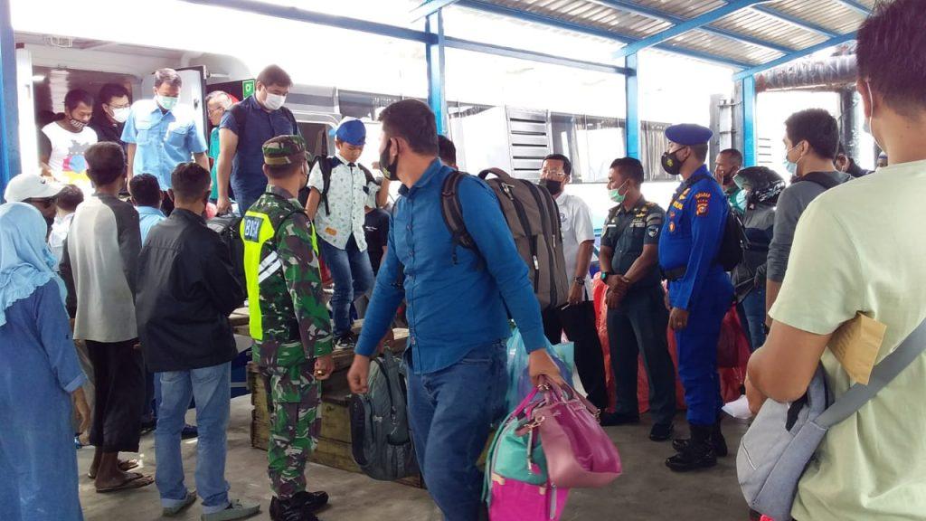 Dukung Upaya Pemerintah, Babinsa Laksanakan Pendisiplinan di Pelabuhan Tanjung Harapan