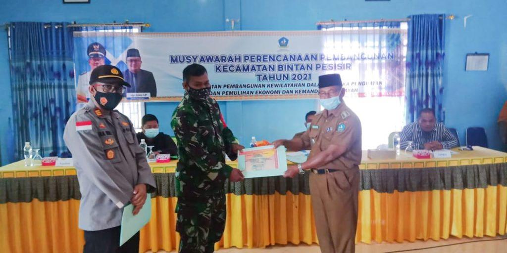 Kondusif Selama Pilkada, Camat Bintan Pesisir Serahkan Piagam Penghargaan Kepada TNI-POLRI