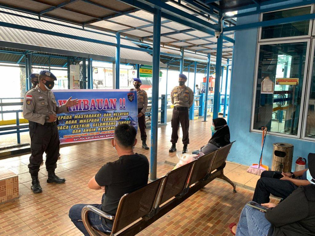 Polres Bintan Gencar Berikan Himbauan Cuaca dan Bagi-bagi Masker di Pelabuhan