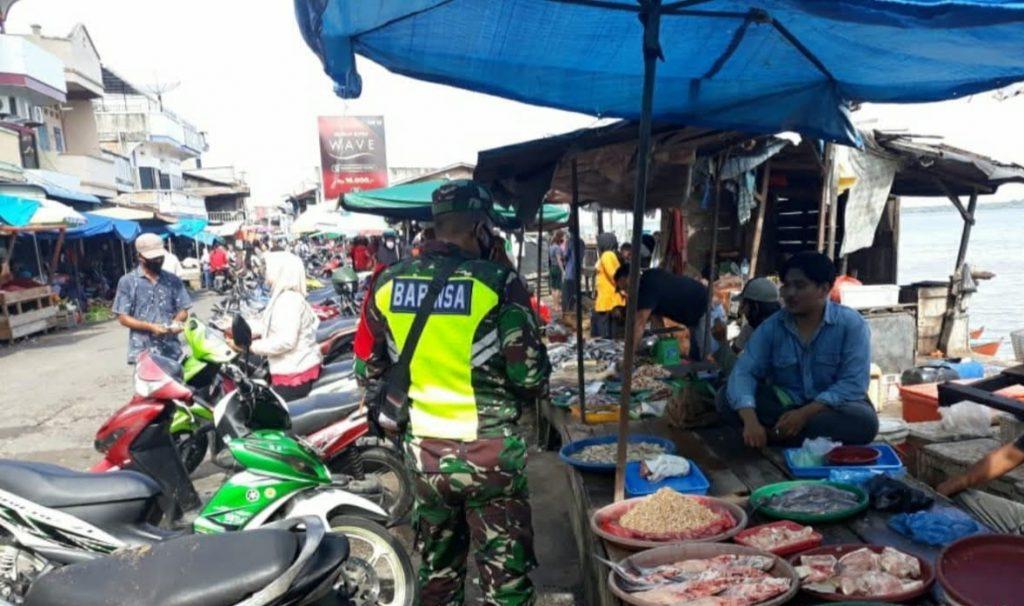 Covid-19, Babinsa Laksanakan Pengecekan dan Pendisiplinan di Pasar Sandang Pangan