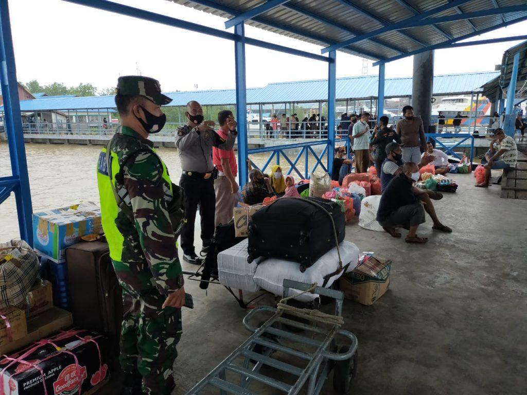 Antisipasi Covid-19, Babinsa Laksanakan Pendisiplinan di Pelabuhan Tanjung Harapan