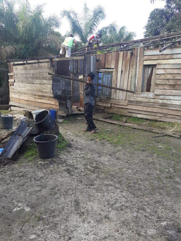 Merasa Kasihan, Kades Air Hitam Bedah Rumah Ibu Sriwahyuni