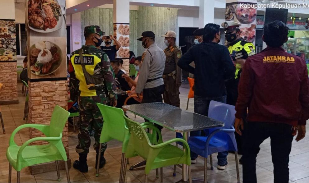 Bubarkan Warga Yang Masih Berkumpul di Luar Rumah, Babinsa Laksanakan Patroli Gabungan